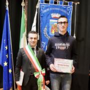 Tommaso Bertuzzo premiato dal sindaco Mattia Veronese alla Festa provinciale del Coni